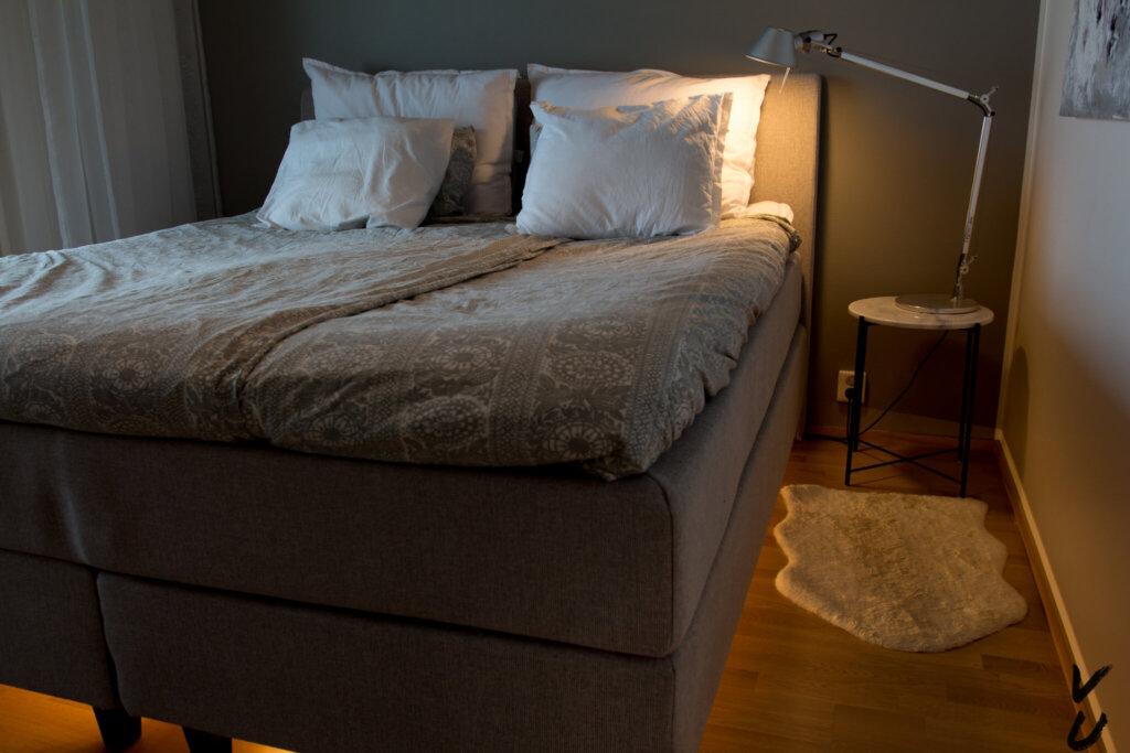 Hue valot makuuhuoneessa sängyn alla ja lukuvalossa.