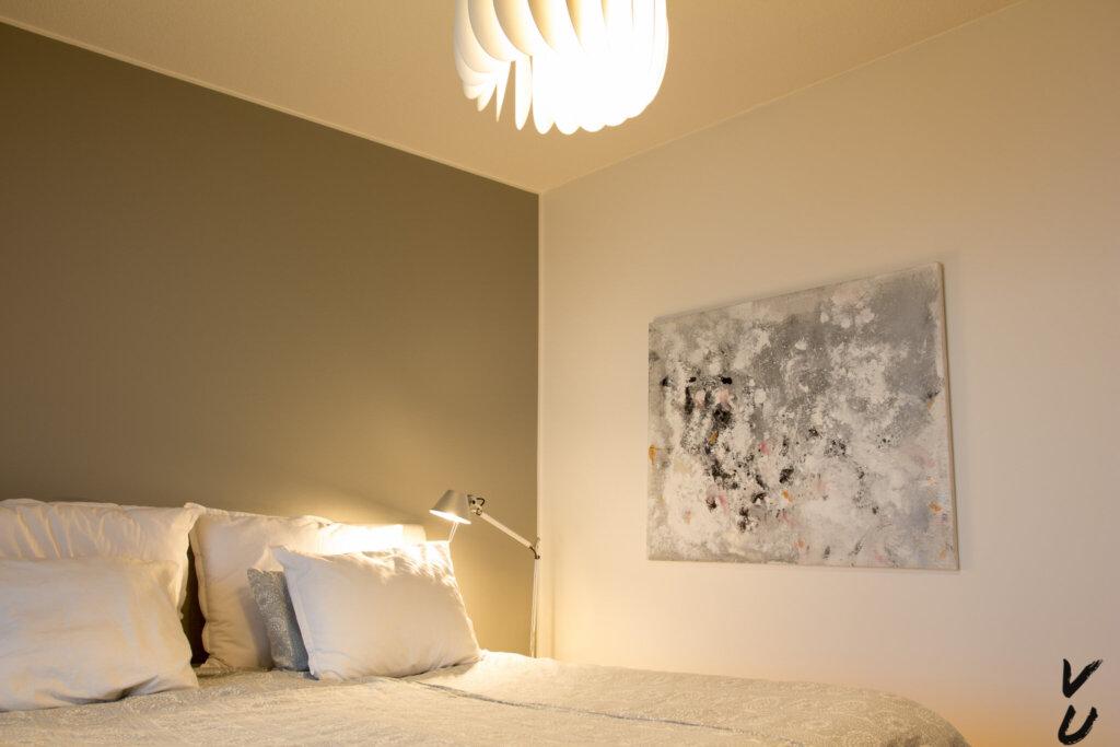 Hue valot makuuhuoneessa kattolampussa ja lukuvalossa.